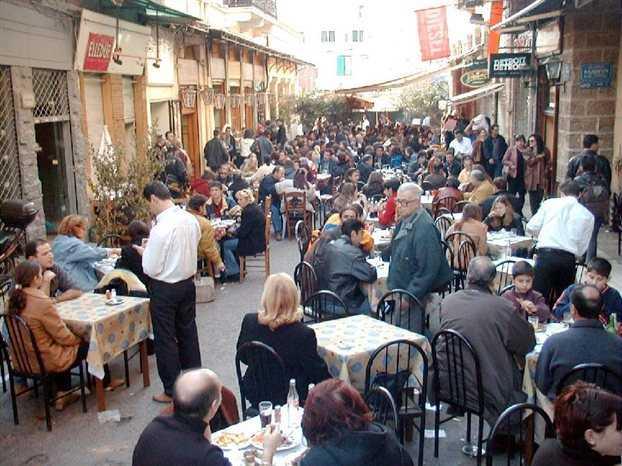 WSJ: Όταν τα πράγματα δυσκολεύουν, οι Έλληνες στρέφονται στο σουβλάκι