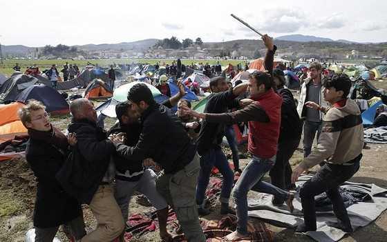 Ένταση στην Ειδομένη: Πετροπόλεμος μεταξύ προσφύγων