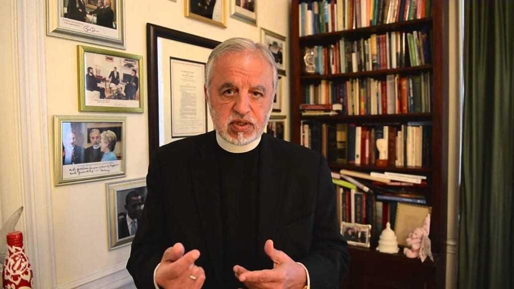 Γιατι βρέθηκε στην Ελλάδα ο ο ισχυρός άντρας της Ομογένειας father Alex Καρλούτσος;
