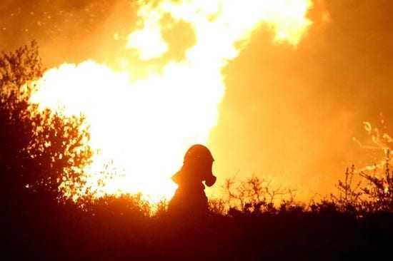 Ολονύχτια μάχη με τις φλόγες στα Καλύβια