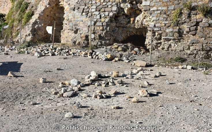 Γεμάτο σκουπίδια το Κάστρο  το ιστορικό μνημείο της Χίου