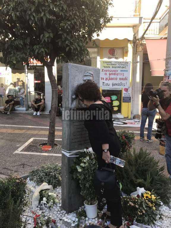 Η Μάγδα Φύσσα φίλησε και άναψε το καντήλι στο μνημείο του γιού της  [ΦΩΤΟ]