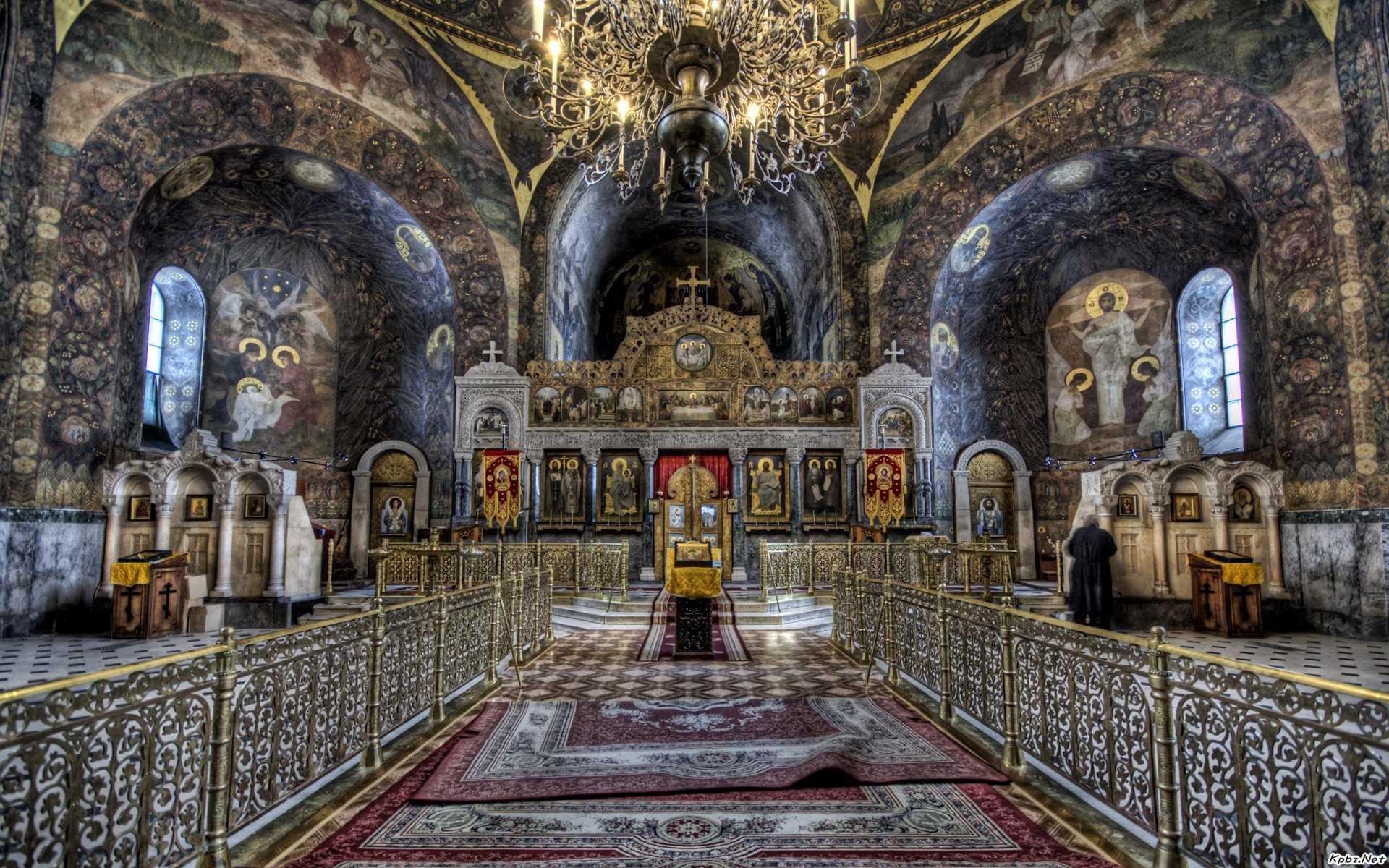Ἀποστάσεις  μέσα  στούς  ναούς καί  οἱ  «ἀποστάσεις»  ἀνάμεσα  στούς  πιστούς
